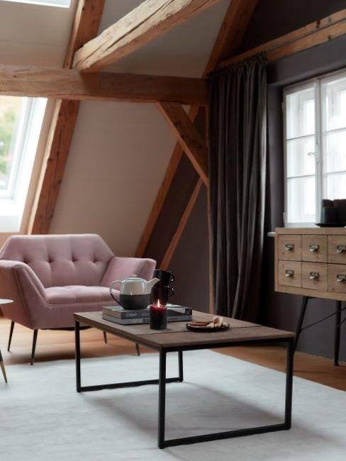 soggiorno industriale con poltrona rosa