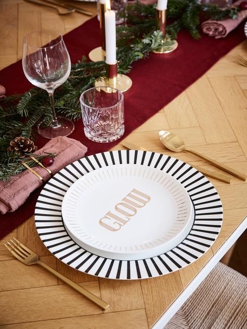 zwart wit servies met goud bestek