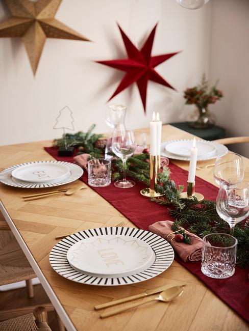 zwart wit servies met een rode tafelloper en gouden sterren