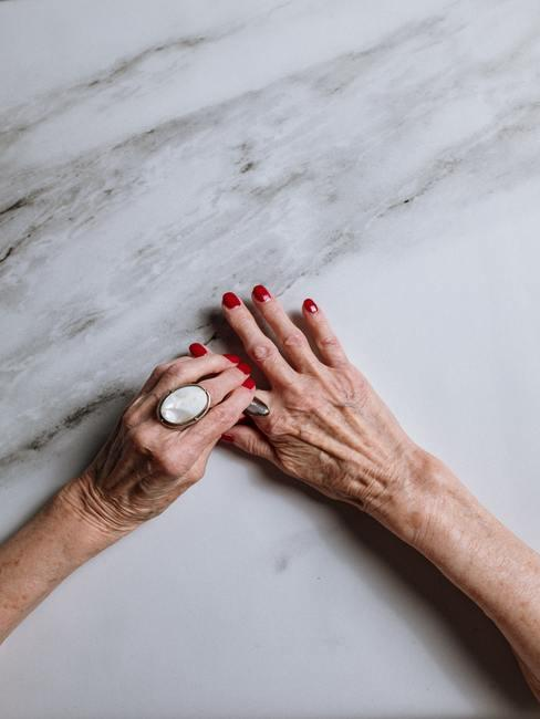Dłonie z czerwonymi paznokciami