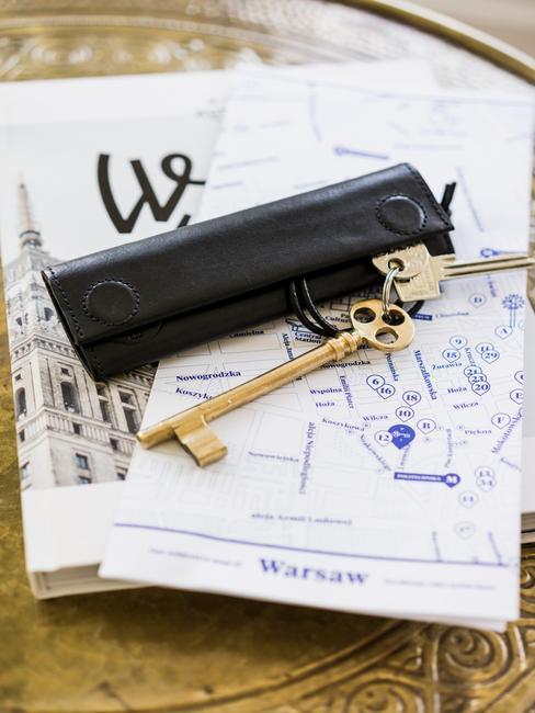 Etui na klucze na mapie Warszawy w hotelu Autor Rooms