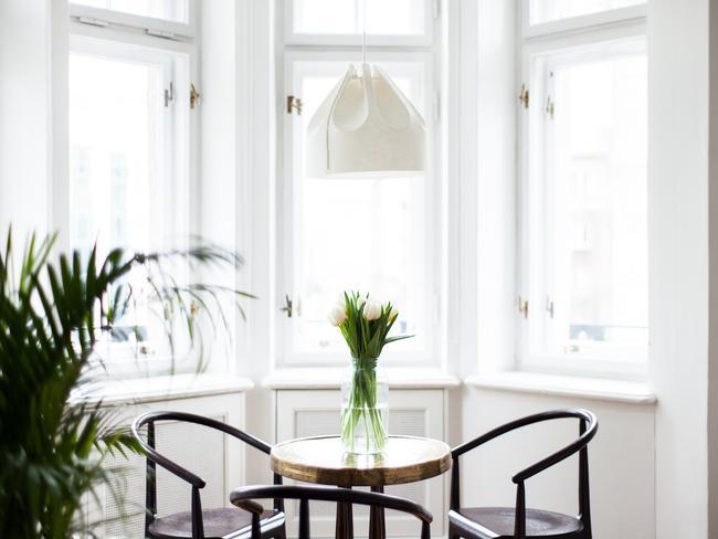 Stół i krzesła w wykuszu w jednym z pokoi Autor Rooms