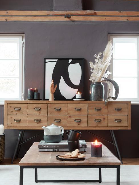 Wnętrze salonu z drewnianąkomodą, obrazem, stolikiem nocnym z dekoracją
