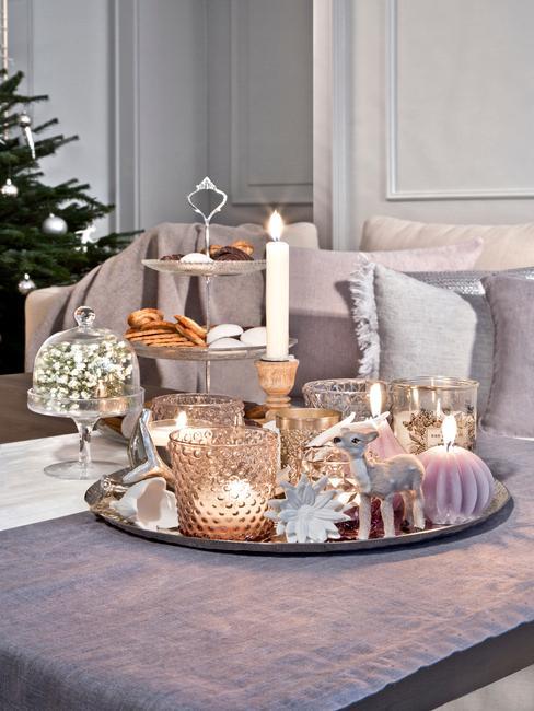 Zbliżenie na tacę dekoracyjną w salonie z ozdobami świątecznymi