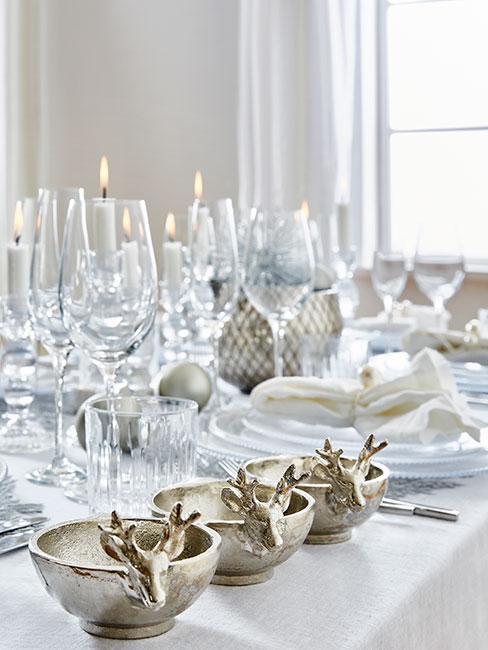 Wigilia z białą zastawą stołową i srebrnymi sztućcami