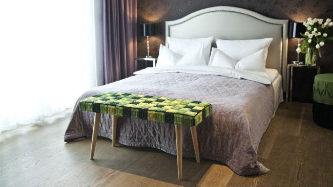 Bett selber bauen mit Holz und Grüntönen