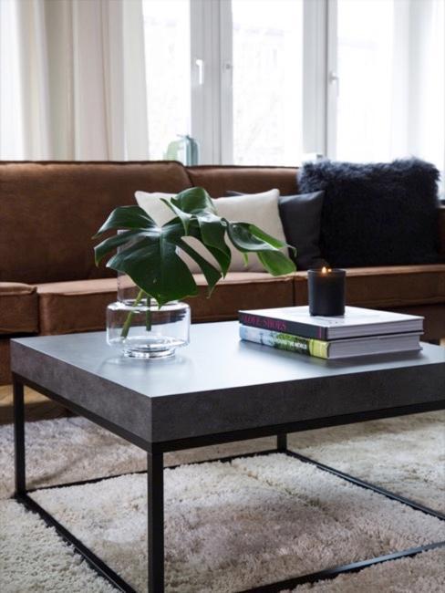 Salon avec une table basse aspect béton posée devant un canapé