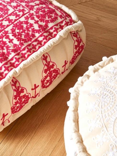 Deux poufs décoratifs aspect oriental