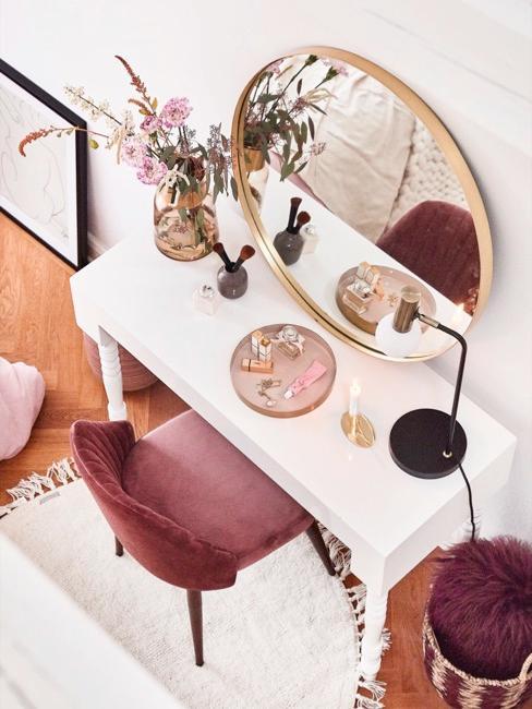 Coiffeuse blanche avec miroir rond doré et chaise en velours rouge