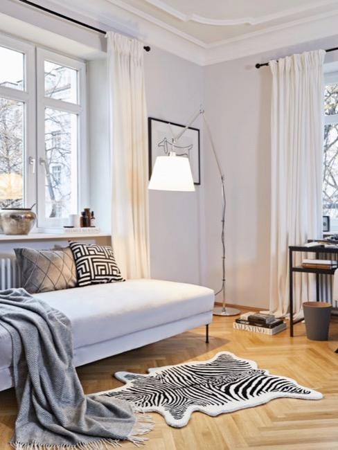 Artemide Leuchte in Wohnzimmer neben Schreibtisch und Daybed