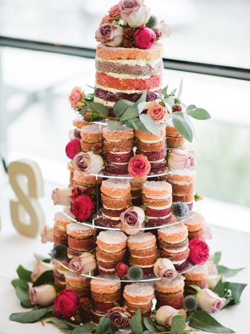 Cupcake taart als bruidstaart met bloemdecoratie op een etagère
