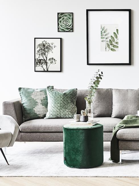 Canapé de salon gris avec coussins et pouf verts