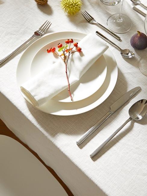 Gedekte tafel met zilveren bestek