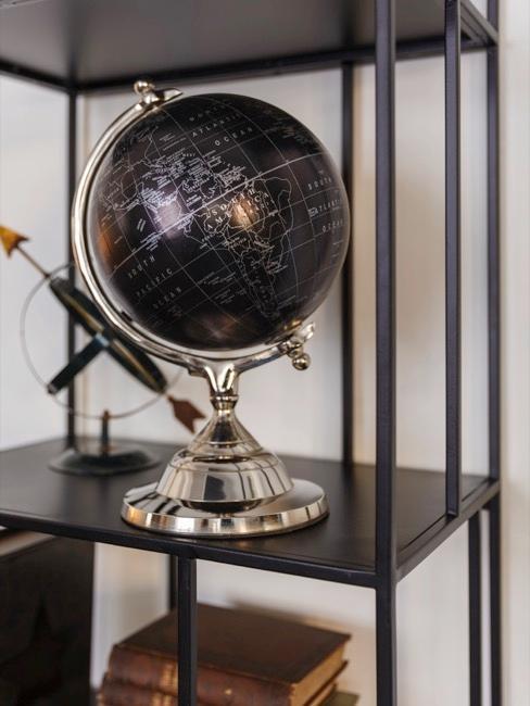Globe décoratif noir sur étagère en métal noir