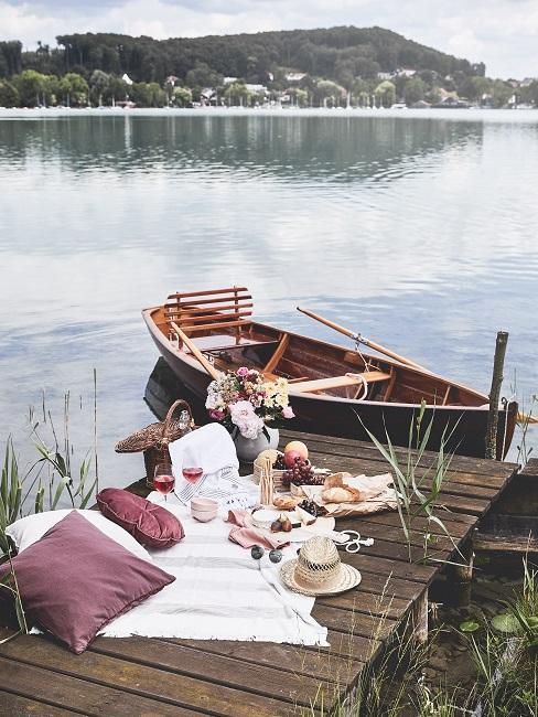 Bamboe gerechten op een picknick op een steiger op een prachtig meer in boho-stijl