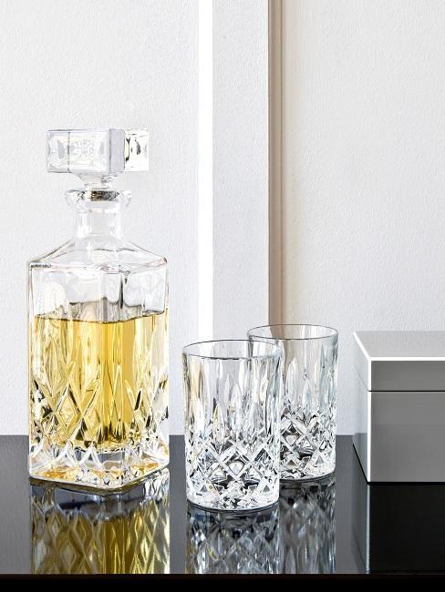 Carafe à whisky en cristal avec verres sur table d'appoint noire