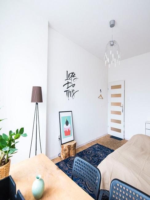 Appartment als Wohn- und Schlafzimmer in Beige- und Blautönen mit schöner Deko