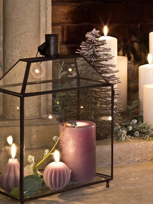 Lila Kerzen in Laternen Deko an Weihnachten
