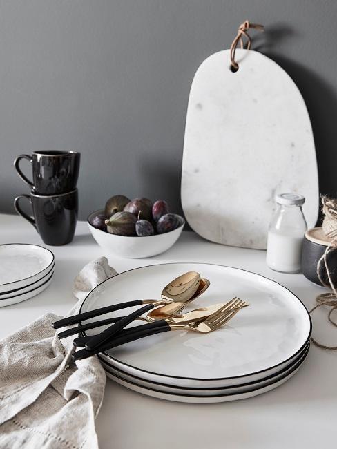 Skandinavische Küche weißes Geschirr mit goldenem Besteck