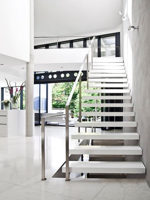 Weißes modernes Haus mit einer breiten Treppe