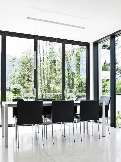 Essbereich in Schwarz-Weiß in einem puritischen Haus mit viel Fensterfläche