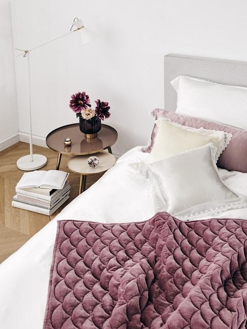 Gedeckte Farben Bett mit weißen und rosa Kissen und purpur Decke