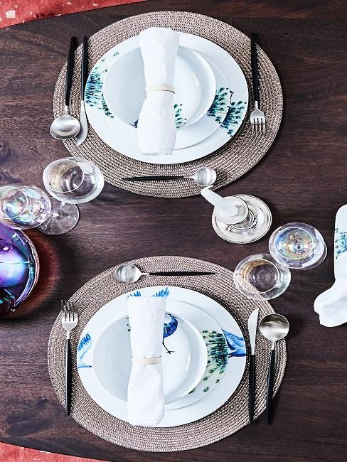 Tischgedeck auf dunklem Holztisch mit blau-grünen Akzenten