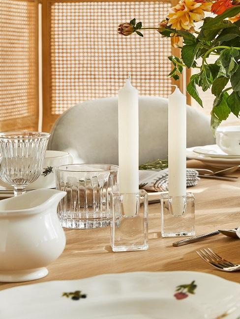 Helle Tischdeko mit transparenten Kerzenhaltern
