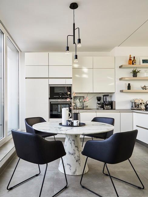 Helle Luxus Küche in modernem Weiß mit integrierten Geräten, kombiniert zu einem Marmor-Küchentisch