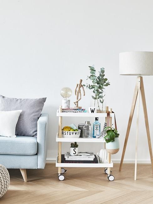 Lagom Wohntrend Beistelltisch in weiß mit Deko neben weißer Lampe und hellblauem Sofa
