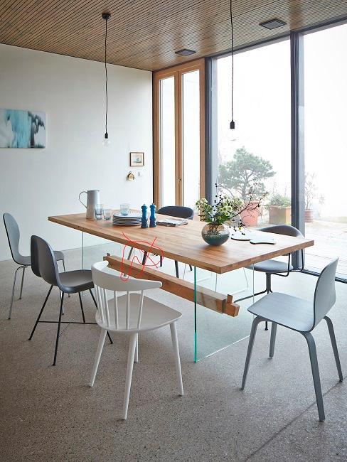 Industrial Style Esszimmer Loft mit Holztisch und weißen Stühlen