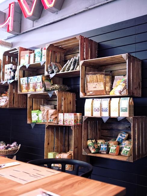 Wand mit vielen Weinkisten mit Lebensmitteln als Wandregale angebracht