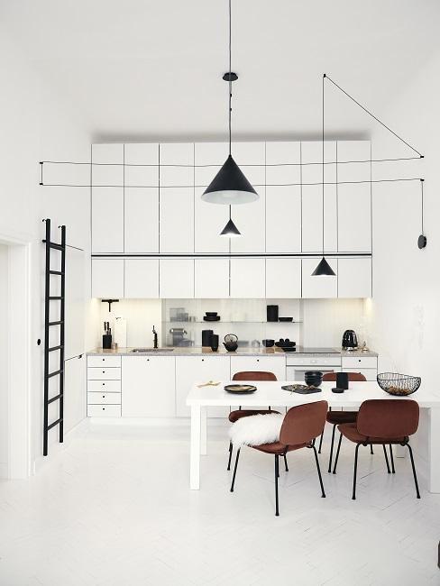 Zimmer Design Ideen Esszimmer mit weißen Wänden, weißem Tisch, braunen Stühlen und schwarzen Hängeleuchten