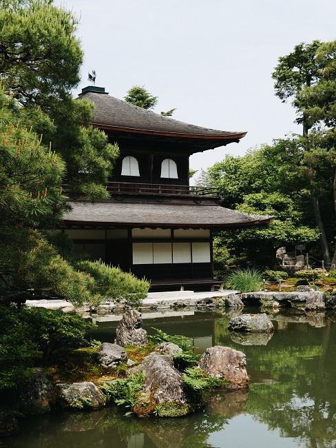 Japanischen Garten anlegen See vor großem Haus