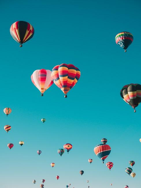 Bunte Heißluftballons im Himmel