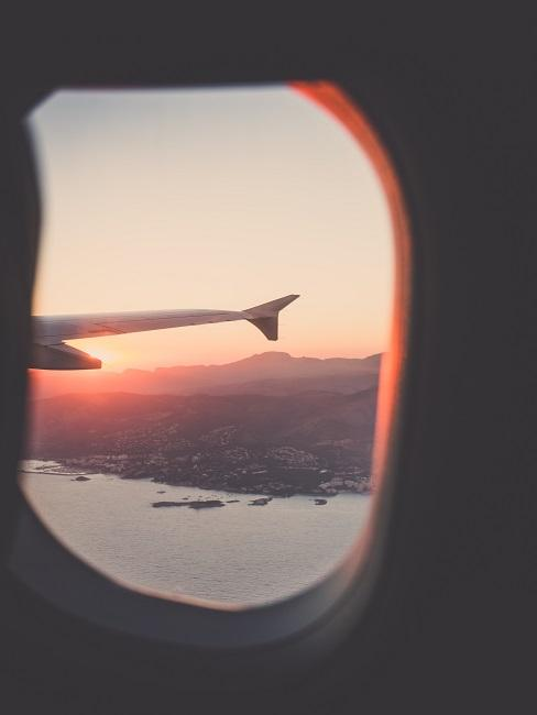 Flugzeugflügel aus Fenster fotografiert