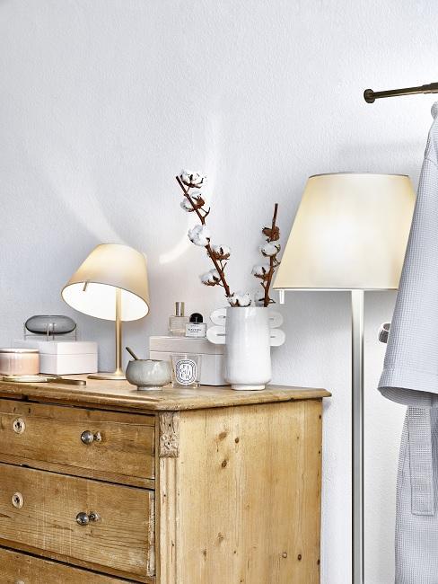 Kommode aus Holz mit verschiedenen Lichtern