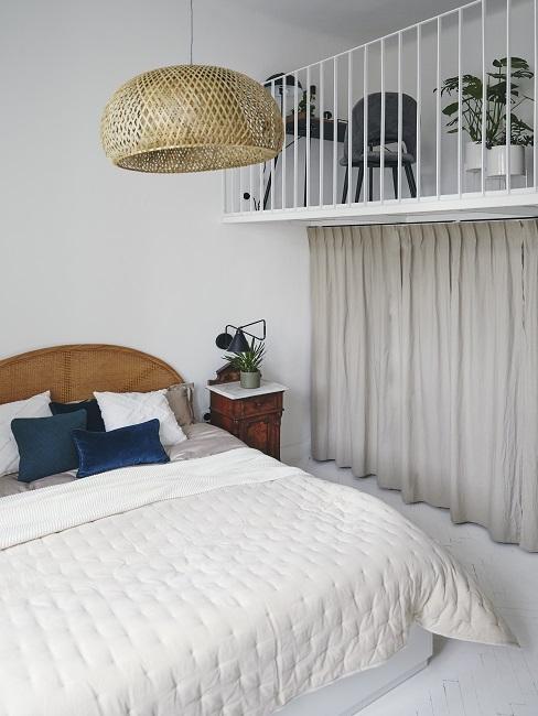 Scandi Schlafzimmer mit blauen Kissen