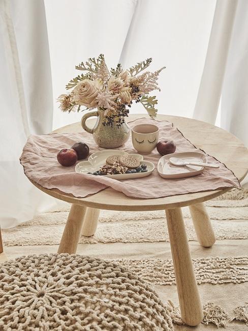 Kleiner Holztisch mit skandinavischer Deko