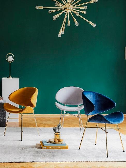 Wandfarbe in dunklem Grün hinter Stühlen und Pendelleuchte