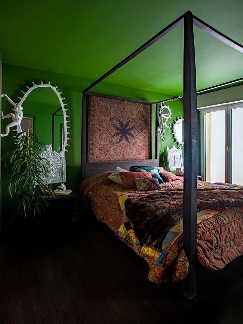 Decke und Wände in Grün im Schlafzimmer