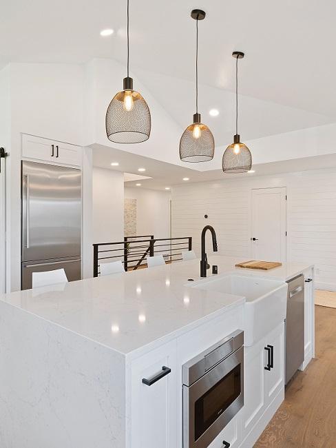 Weiße Design Küche mit großer Pendelleuchte