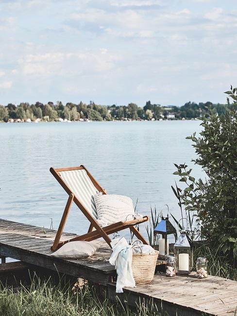 Liegestuhl auf Steg am See