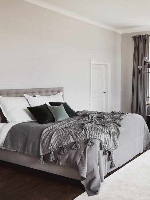 Schlafzimmer mit dunkelgrauer Bettwäsche