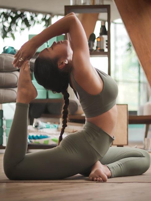 Yoga für Zuhause Frau Rückbeuge