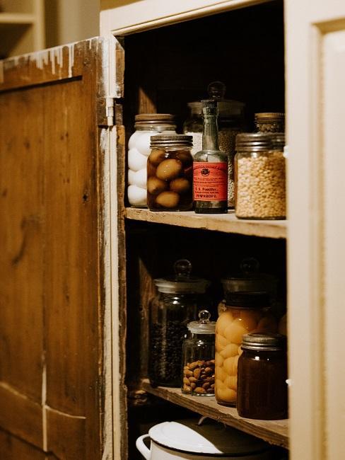 Lebensmittel im Küchenschrank