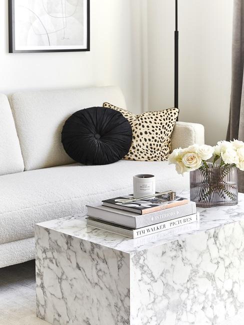Marmor Couchtisch mit Deko vor Sofa mit Kissen