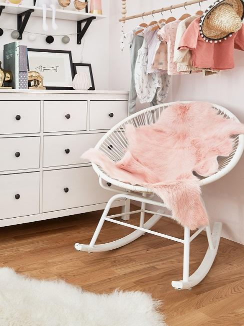 Kindersessel in Babyzimmer mit rosa Lammfell