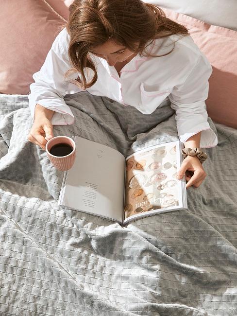 Therapiedecke Frau Bett Lesen