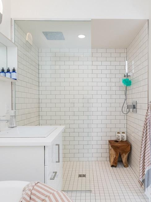 Walk-In-Dusche in Weiß mit Holzhocker